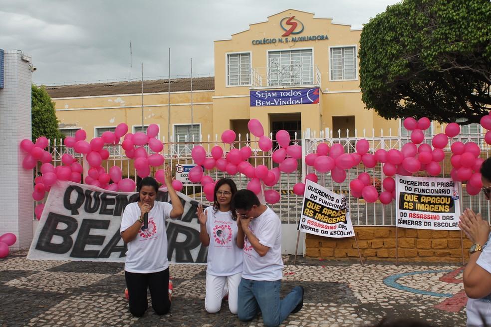 Pais de Beatriz fazem oração em frente ao Colégio Auxiliadora, onde crime aconteceu (Foto: Juliane Peixinho/ G1)