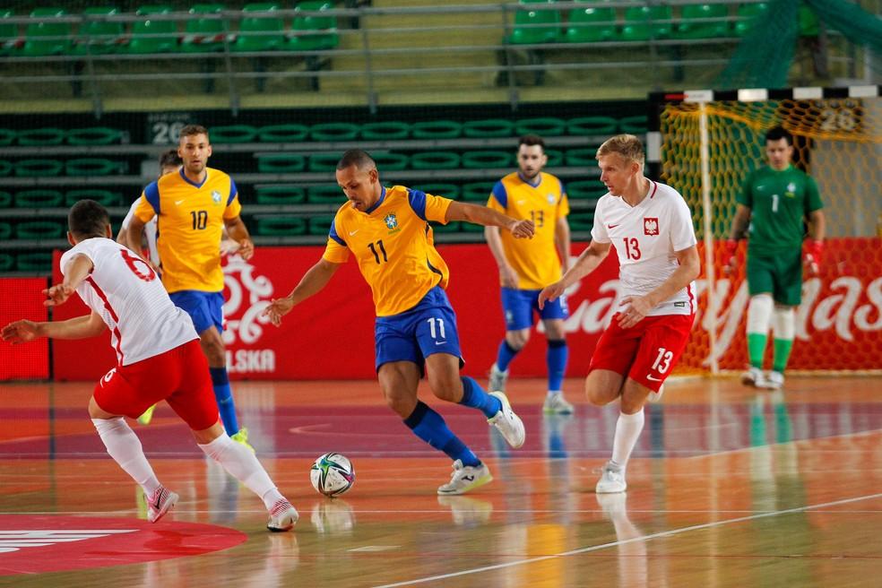 Ferrão com a bola no amistoso Brasil x Polônia — Foto: Douglas Pingituro/CBF