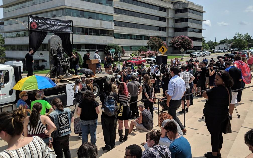 Pessoas observam estátua de Baphomet instalada em frente ao Capitólio de Arkansas na quinta-feira (16), durante manifestação por liberdade religiosa (Foto: AP Photo/Hannah Grabenstein)
