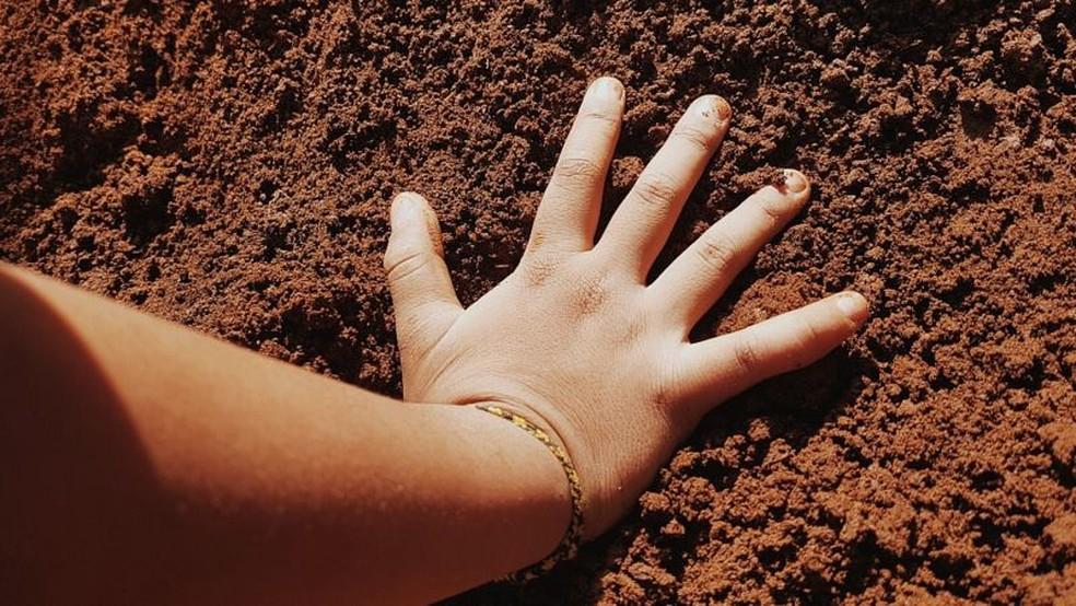 Uma das vias de envenenamento por chumbo é que as crianças costumam colocar as mãos ou brinquedos que estavam em contato com o solo em suas bocas, diz Mielke — Foto: Getty Images via BBC