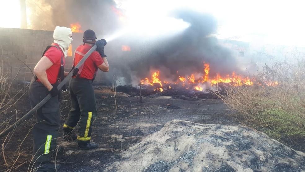 Bombeiros combatem incêndio em Mossoró, no Oeste potiguar — Foto: CBM/Divulgação