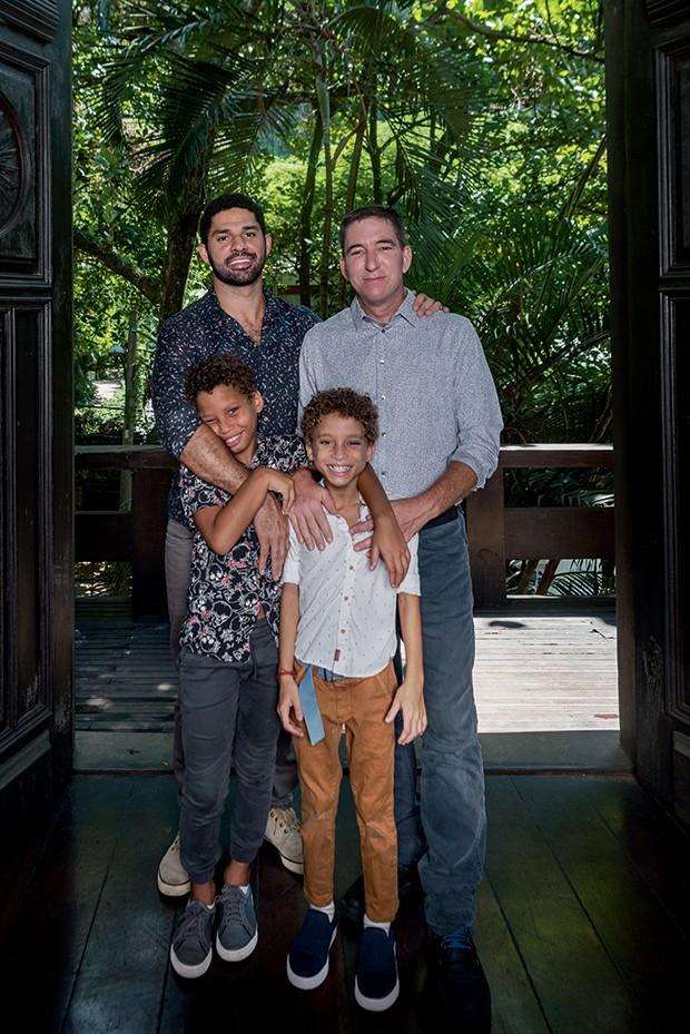 David Miranda e Glenn Greenwald com os filhos João Victor (à esq.) e Jonathan, na casa da família no Rio (Foto: Bléia Campos)