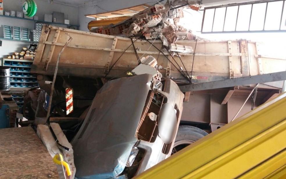 Carreta arrastou carro e invadiu loja; uma pessoa se feriu (Foto: Omar Andrade/Arquivo pessoal)