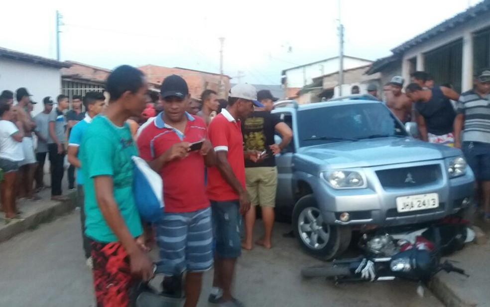 Jovem foi morto com seis tiros em carro, na cidade de Barreiras (Foto: Divulgação/ PM)