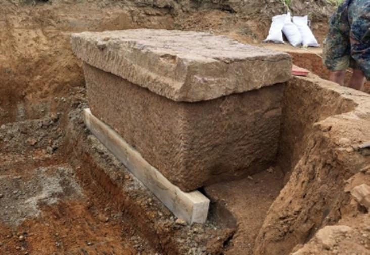 Túmulo de pedra que abrigava os restos mortais da mulher (Foto: Divulgação/LVR-LandesMuseum Bonn)