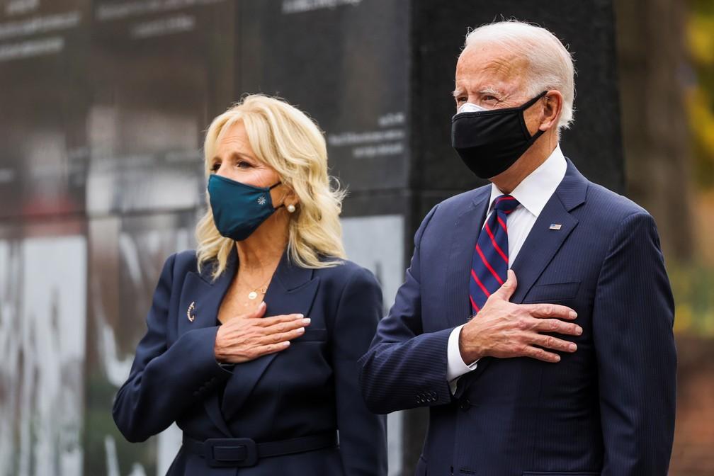 Joe Biden e sua mulher, Jill, em cerimônia do Dia dos Veteranos nos EUA, na cidade de Filadélfia, na Pensilvânia, em 11 de novembro de 2020 — Foto: Jonathan Ernst/Reuters