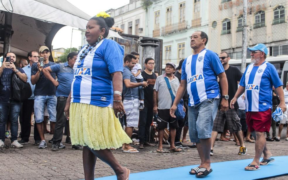 A famos Dona Coló e outros feirantes do Ver-o-Peso desfilaram com as novas camisas — Foto: Jorge Luiz/Paysandu