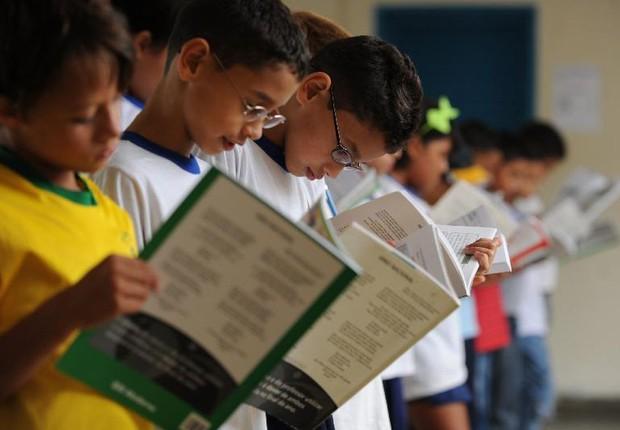 Alunos leem apostilas em escola (Foto: Marcello Casal Jr/Agencia Brasil)
