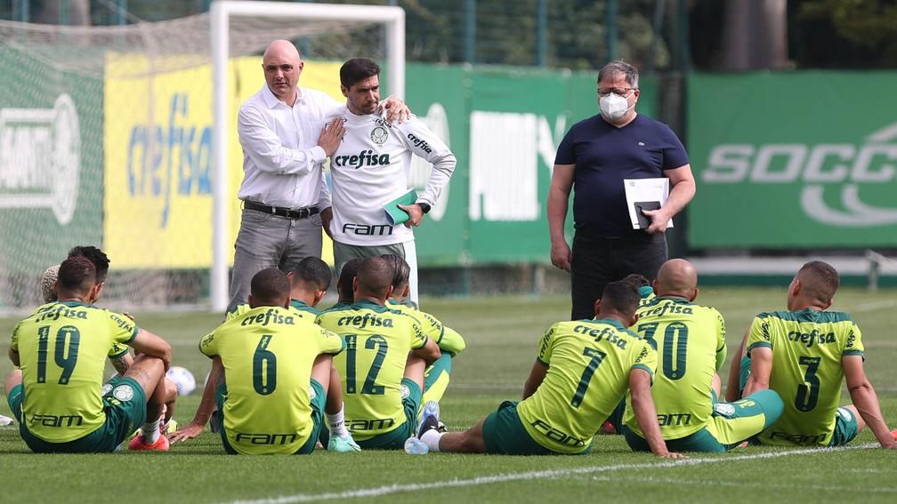Maurício Galiotte e Abel Ferreira em conversa com o elenco do Palmeiras — Foto: Cesar Greco / Ag. Palmeiras