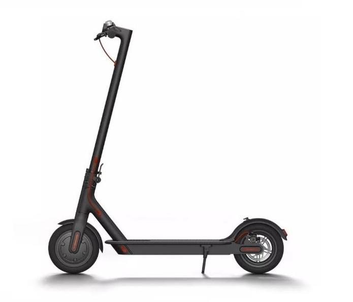Mi Electric Scooter M365 consegue percorrer 30 km com apenas uma carga de bateria. — Foto: Divulgação/Xiaomi