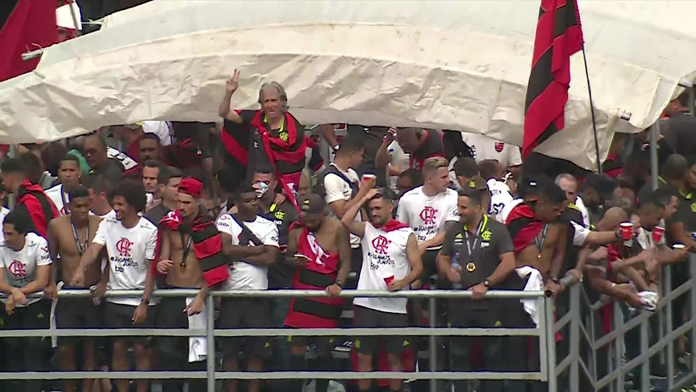 Jorge Jesus em meio aos atletas do Flamengo durante desfile comemorativo do título da Libertadores da América no Centro do Rio — Foto: Reprodução/ TV Globo