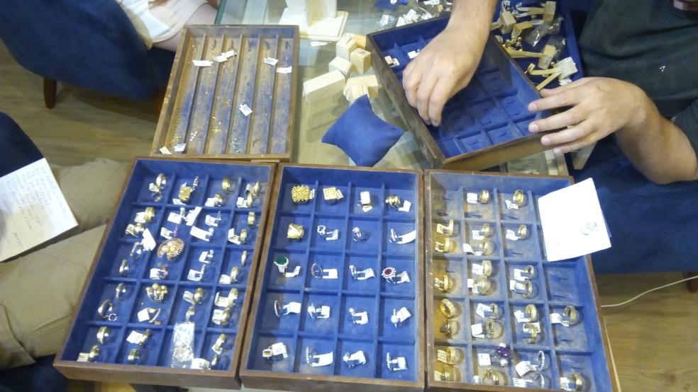 Dois suspeitos foram presos e mala com cerca de R$ 500 mil em joias foi recuperada — Foto: Divulgação/Polícia Militar
