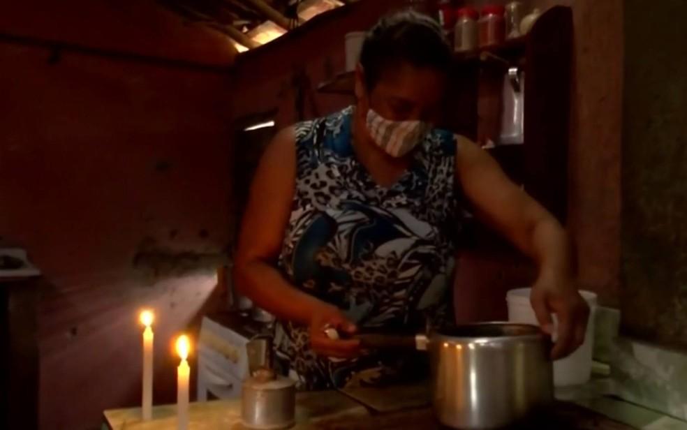 Aposentada relata gastar mais de R$ 50 por mês em velas em povoado que não tem energia elétrica na BA — Foto: Reprodução/TV Sudoeste