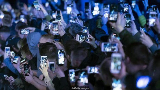 A competição e comparação social, incentivadas pelas redes sociais, podem contribuir para a sensação de 'burnout'  (Foto: Getty Images/via BBC News Brasil)