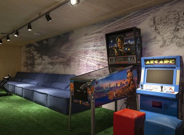Na sala de jogos, games da velha e da nova era dividem espaço amigavelmente (Foto: Ricardo Bassetti/Divulgação)