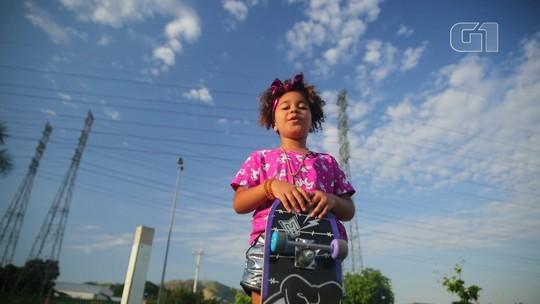 Elis MC, de 7 anos, canta na internet sobre racismo e conquista milhares de fãs