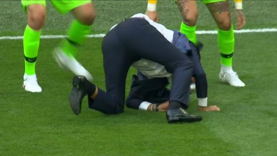 """Tite revela lesão em meio à festa pelo gol de Coutinho: """"Não consigo andar direito"""""""