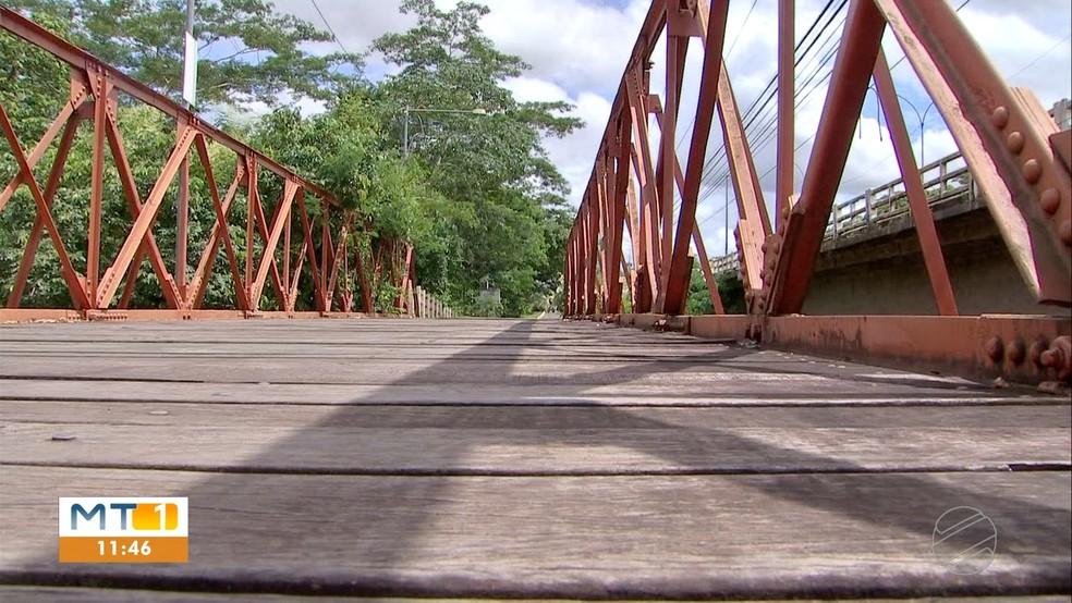 Passarela que dá acesso à região do Coxipó, em Cuiabá — Foto: Reprodução/TVCA