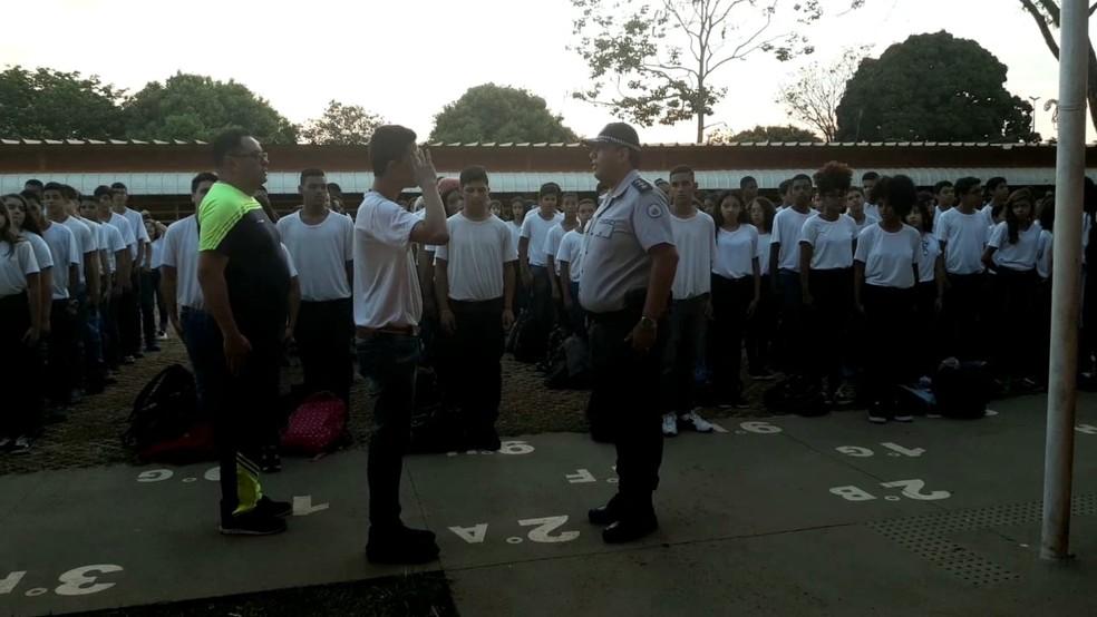 Estudante presta continência para militar em escola pública de Ceilândia, no DF. — Foto: Carolina Cruz/ G1