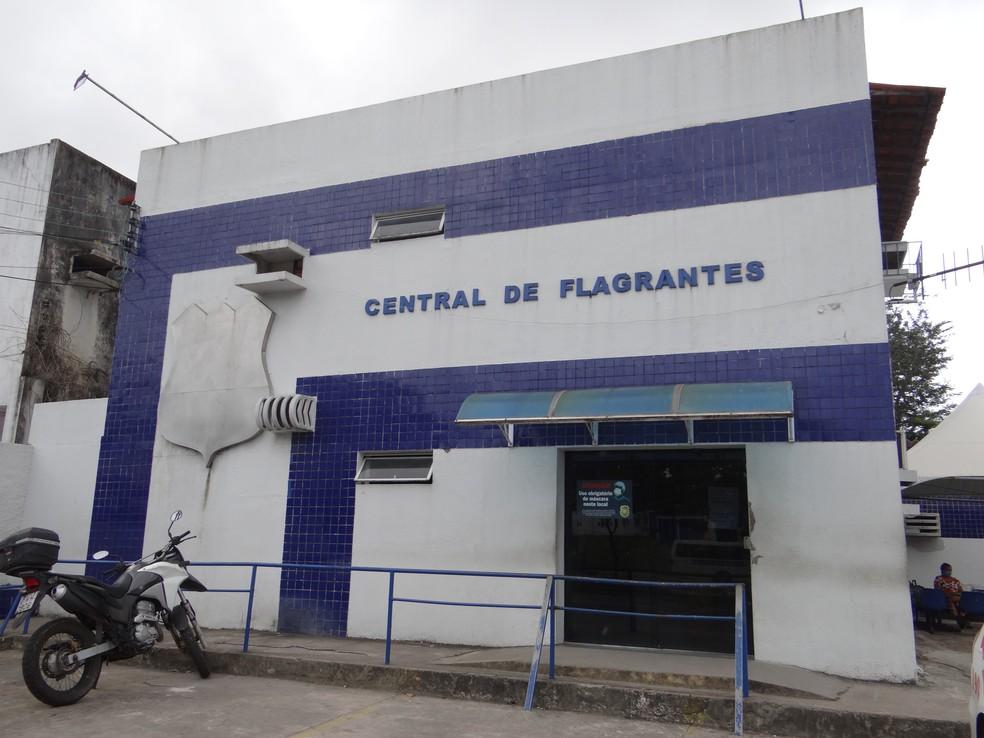 Suspeito foi levado para a Central de Flagrantes — Foto: Ana Clara Pontes/G1