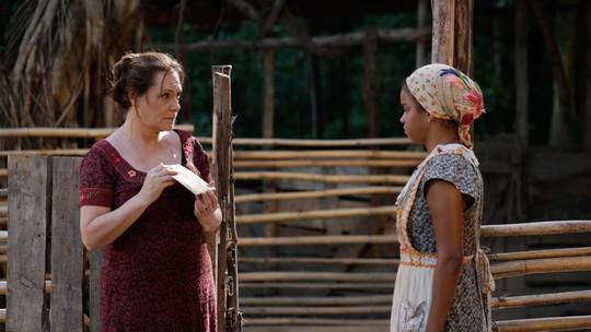 Cunegundes suborna Dita para a criada 'sumir do mapa'