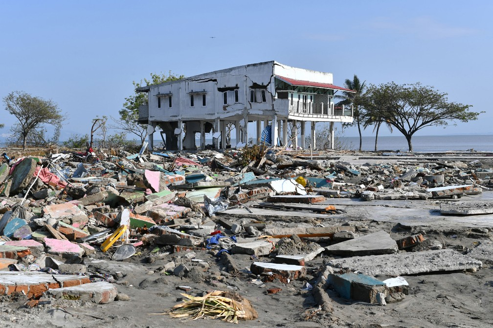 Prédio ficou danificado em meio aos destroços em uma vila de pescadores em Palu, na Indonésia, após região ter sido atingida por terremoto e tsunami — Foto: Adek Berry / AFP