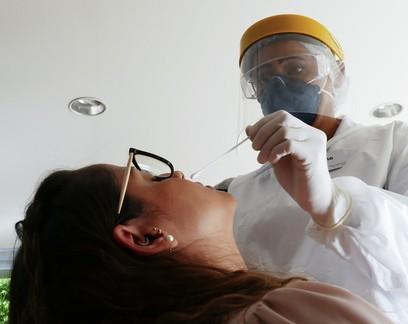Farmácias já aplicaram mais de 6 milhões de testes de Covid-19; agora querem ajudar a vacinar população