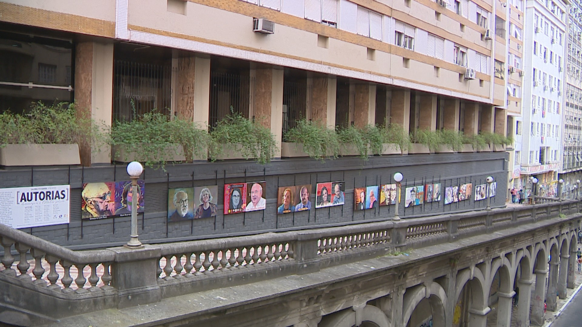 Pinturas retratam escritores do RS em galeria a céu aberto em ponto turístico de Porto Alegre