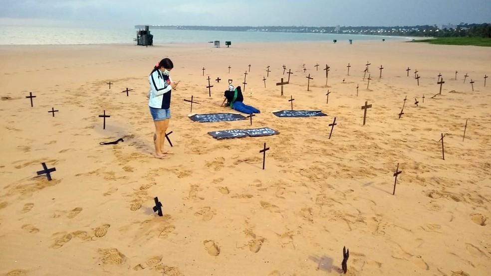 Cruzes foram colocadas por manifestantes na praia de Tambaú em João Pessoa na madrugada deste domingo (7) — Foto: Divulgação