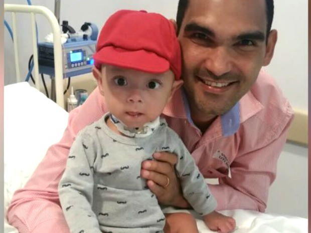 Sérgio e o filho Arthur Gabriel em hospital de São Paulo (Foto: Arquivo Pessoal/Sérgio Freitas Santos)