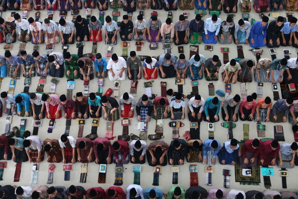 -  Estudantes muçulmanos rezam no primeiro dia do Ramadã nesta quinta-feira  17  em Medan, na Indonésia  Foto: Antara Foto/Irsan Mulyadi via Reuters