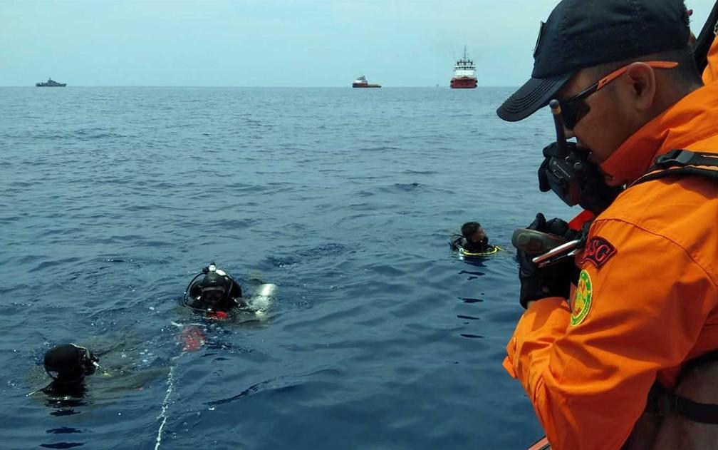 Equipes de resgate buscam destroços do voo JT-610 da Lion Air que caiu no mar na costa norte da ilha de Java, na Indonésia — Foto: AFP Photo