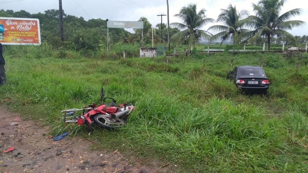 Carro de passeio saiu da pista para desviar de ônibus, na RN-160. Motociclista morreu em batida. — Foto: Ediana Miralha/Inter TV Cabugi