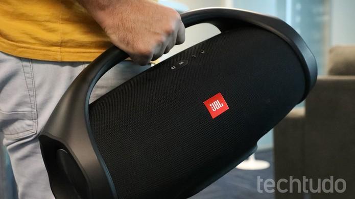 Boombox da JBL traz alça para ser carregada com mais facilidade (Foto: Marlon Câmara/TechTudo)