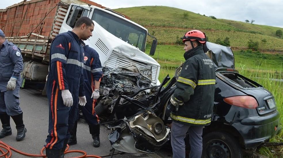 Veículo em que a vítima fatal estava ficou completamente destruído — Foto: O Vigilante Online/Reprodução