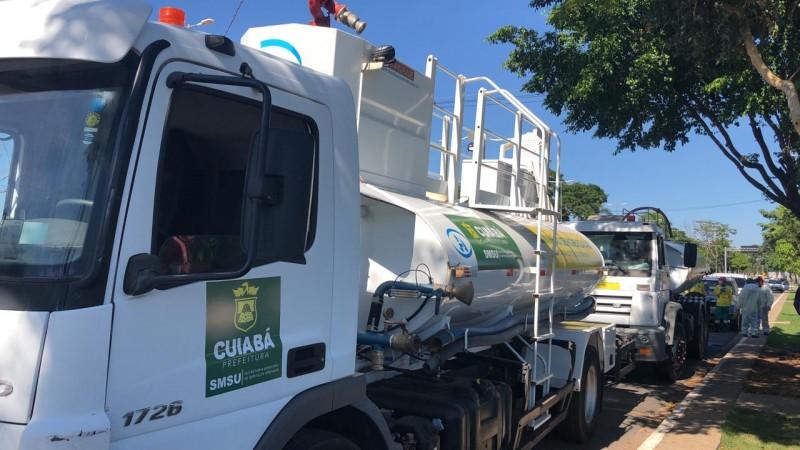 Caminhões-pipa são usados no trabalho de higienização e desinfeção de espaços públicos em Cuiabá