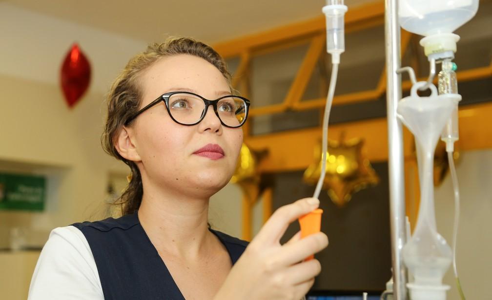 Mayara Nascimento Majevski, de 24 anos, trabalha como enfermeira no hospital onde fez tratamento na adolescência desde dezembro de 2018 — Foto: Giuliano Gomes/ PR Press