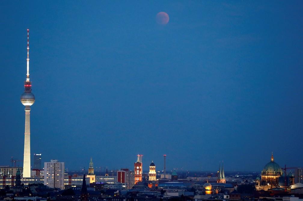 Eclipse lunar visto na cidade de Berlim (Foto: Fabrizio Bensch/Reuters)
