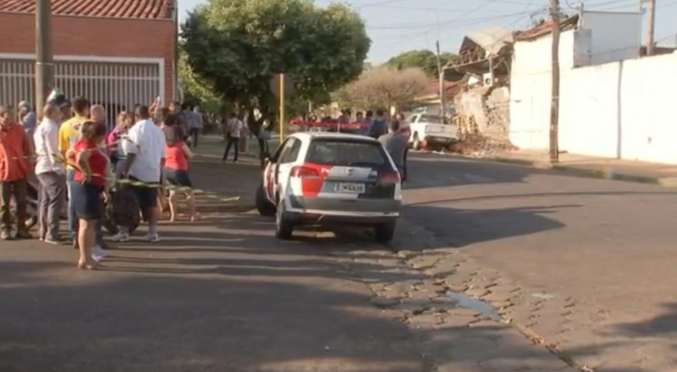 Moradores foram até o local ver o estrago em Araçatuba, (Foto: Reprodução/TV TEM)