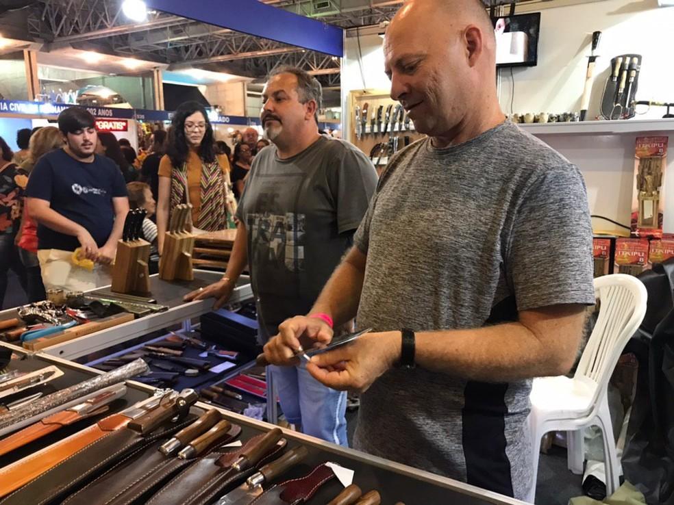O cuteleiro Altemar da Silva produz facas e outros instrumentos de corte com aço cirúrgico — Foto: Penélope Araújo/G1