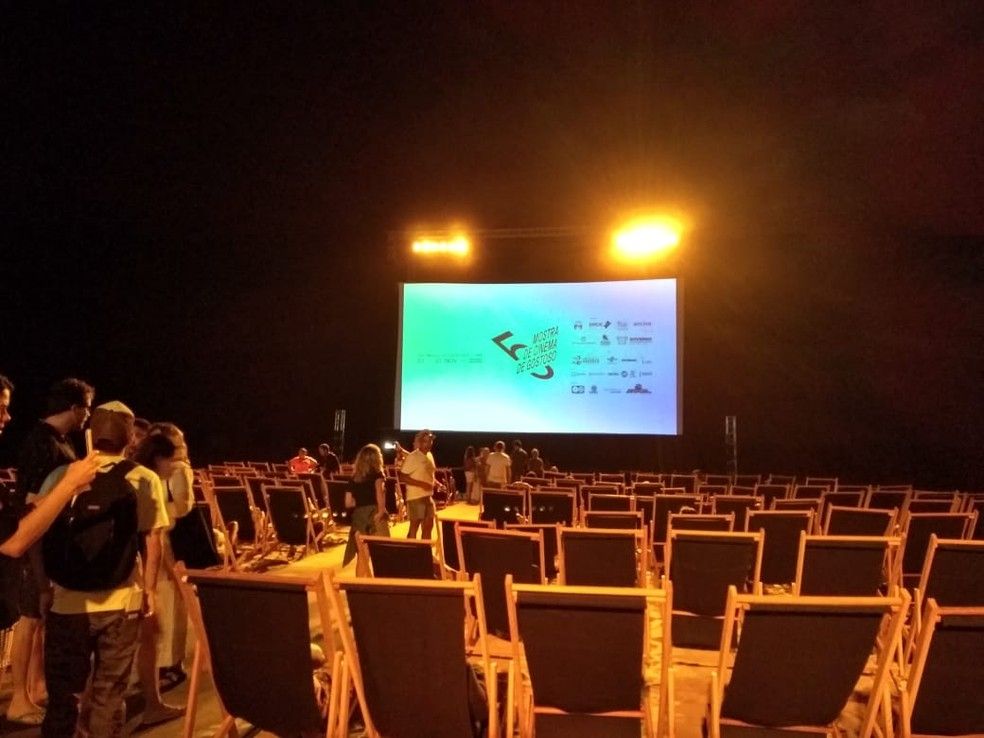 Pé na areia e espreguiçadeiras montam o cenário da Mostra de Cinema de Gostoso, que acontece à beira-mar — Foto: Rafael Barbosa/G1