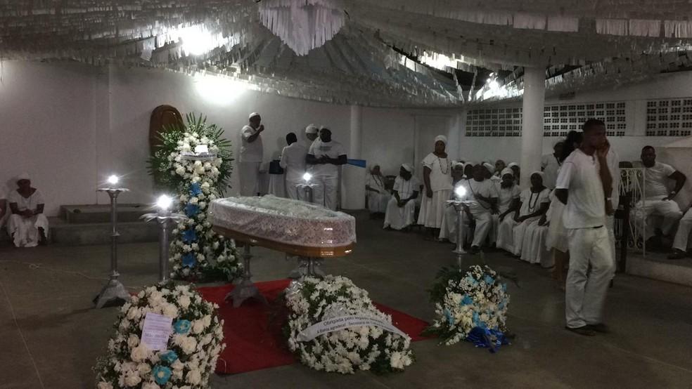 Corpo de Mãe Stella em Salvador — Foto: Giana Mattiazzi/TV Bahia