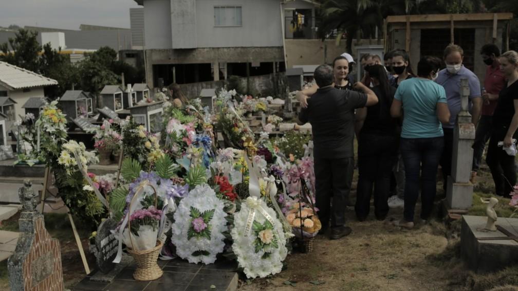 Coroas de flores em cemitério municipal de Saudades — Foto: Sirli Freitas/Divulgação