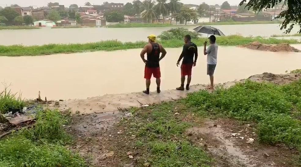 Corpo de Bombeiros foi acionado para tentar encontrar jovem que desapareceu em lagoa de captação em Natal — Foto: Anna Alyne Cunha/Inter TV Cabugi