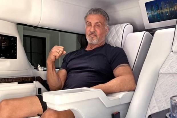 Silvester Stallone posa no interior de seu Cadillac Escalade ESV (Foto: Divulgação)