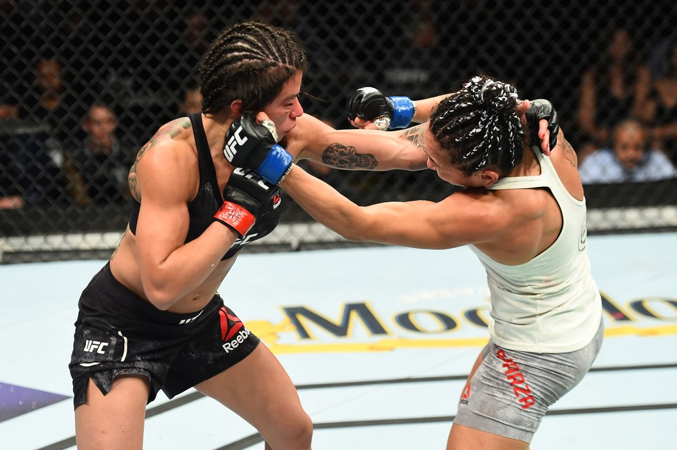 Luta entre Cláudia Gadelha e Carla Esparza foi marcada pelo equilibrio no UFC 225 (Foto: Getty Images)