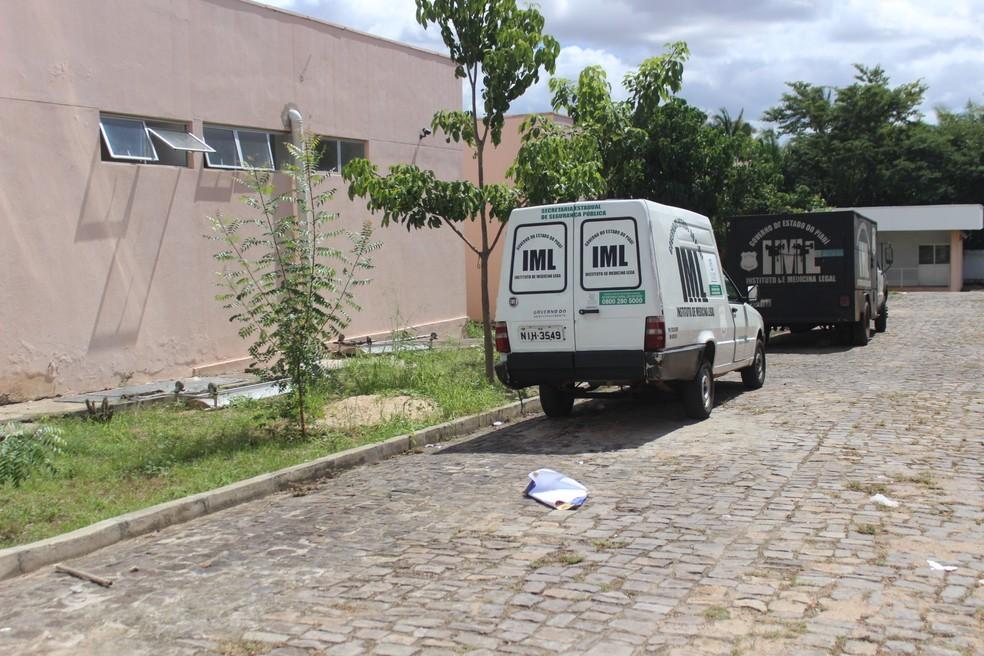 Motociclista morre e mulher fica ferida após serem atropelados por carro em Teresina; motorista fugiu