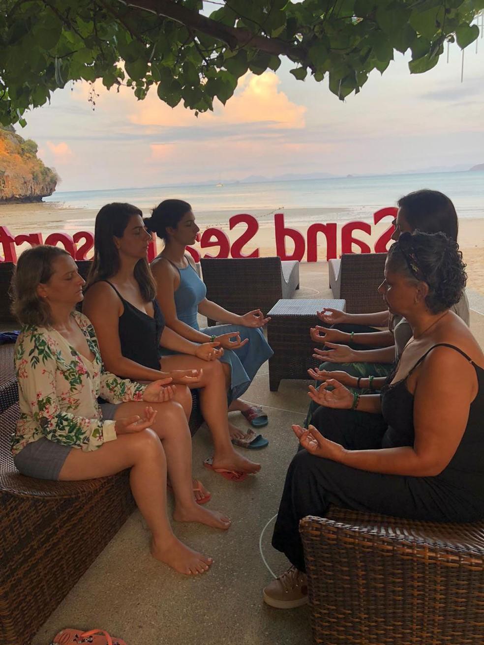 Brasileiras fazem sessão de meditação durante viagem na Tailândia  — Foto: Luciana Machado Fiel/ Arquivo pessoal