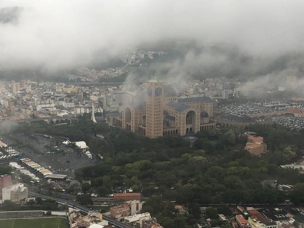 Tempo amanheceu nebuloso em Aparecida neste 12 de outubro — Foto: André Luís Rosa/TV Vanguarda