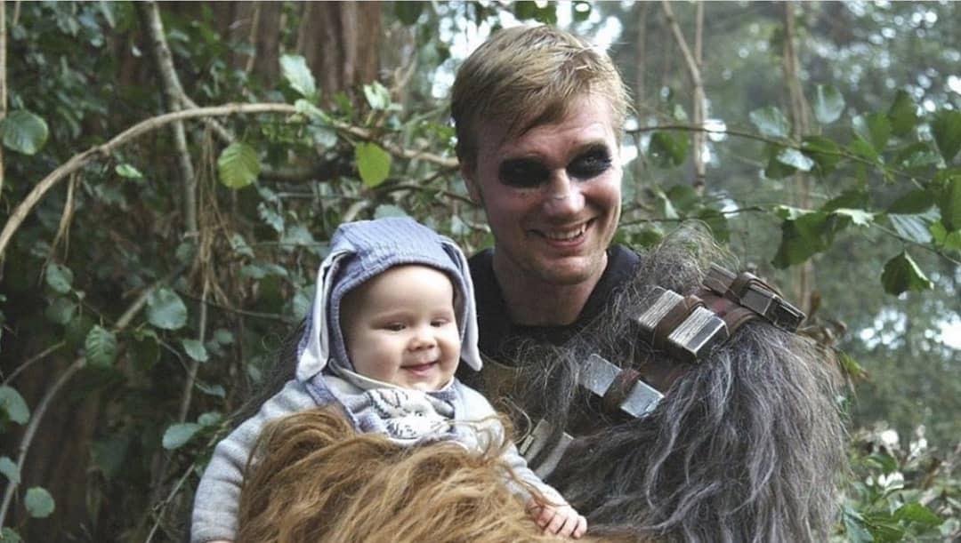 Joonas Suotamo e sua filha no Set de Star Wars: A Ascensão Skywalker (Foto: reprodução instagram)